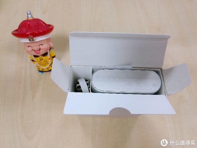 """打开方盒包装,充电线+充电宝本尊,旁边的皇上是我自己的,为了应景""""朕"""""""