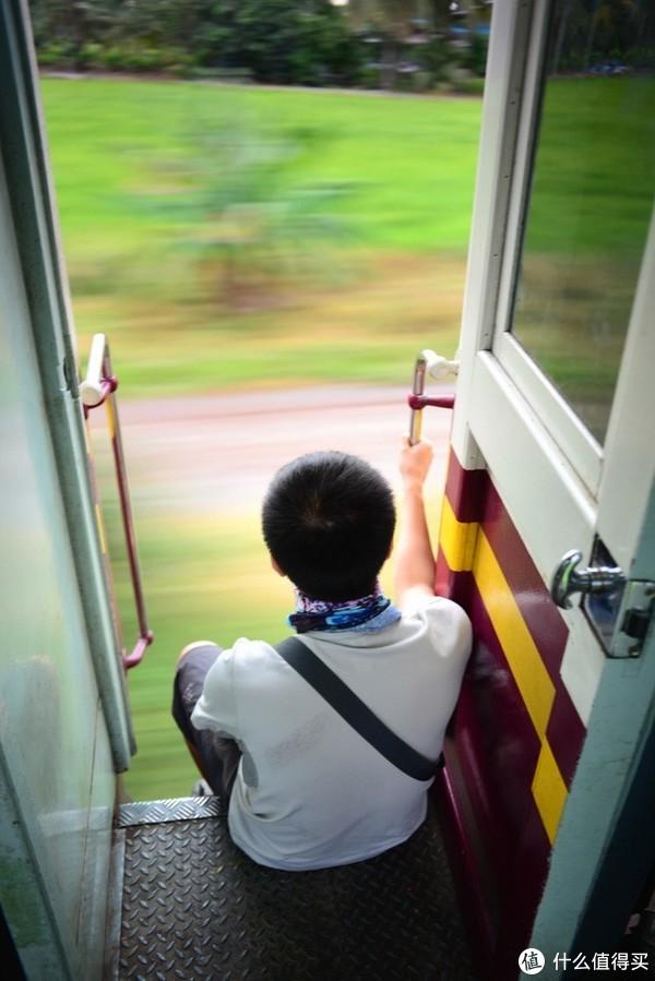 车门全程都是开的、没有列车员管