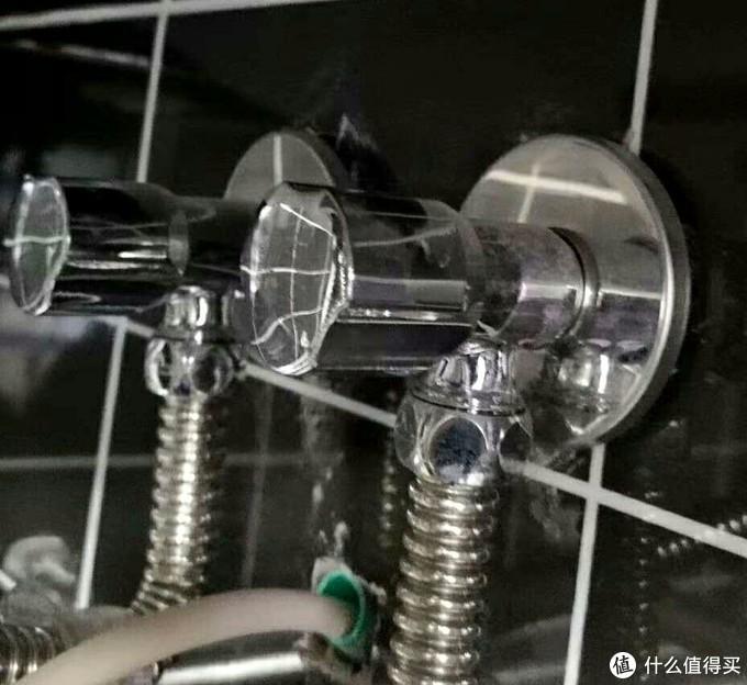 家里连接热水器的潜水艇角阀