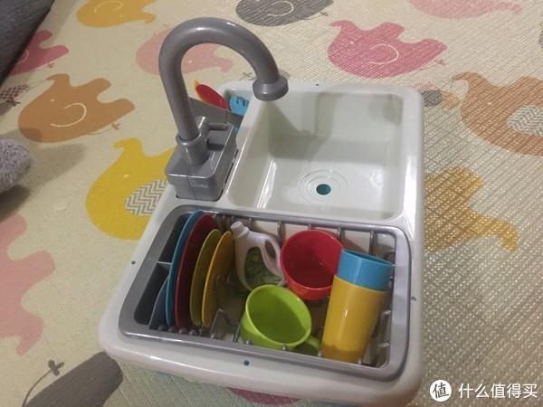 装上电池,加上水,水龙头开启就和真的水槽一样,可以冲洗