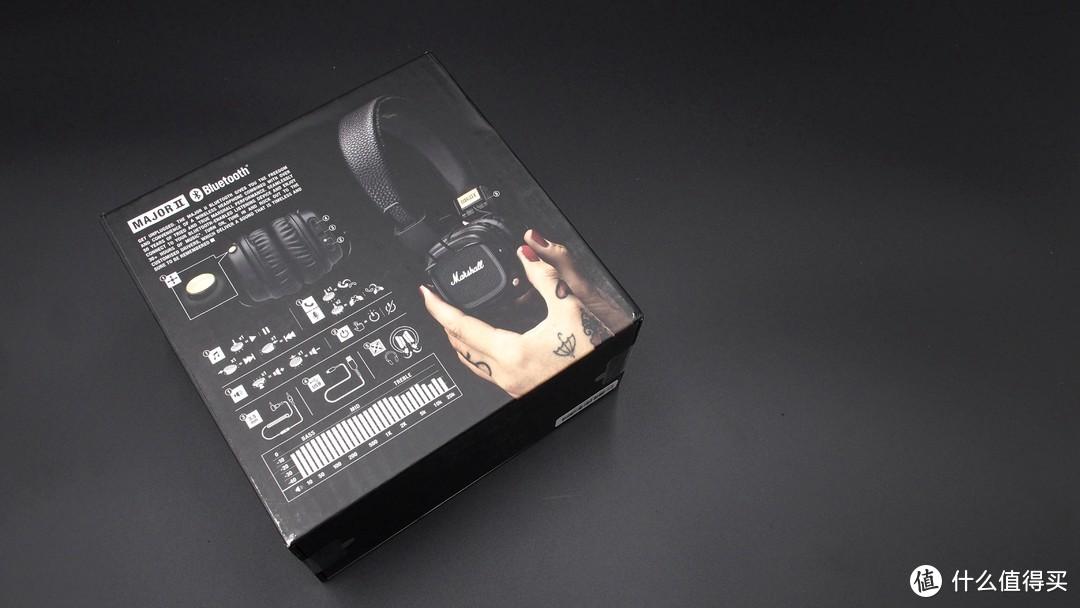 ▲▲▲背面点缀有纹身的手拿着Major2耳机,处处透出摇滚和不羁的气质,左侧的耳机数据以及基本的操作方式也比较详细,虽然画面比较满,但是不乱