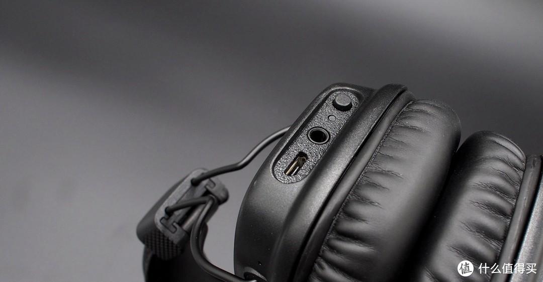 ▲▲▲除了金色按钮,在耳机的左侧还有搭配有一枚小的功能按钮,一枚LED灯,3.5MM接口和充电接口