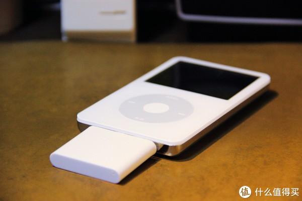 ↑插上蓝牙适配器的iPod有点傻