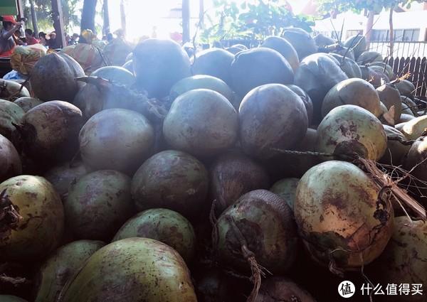各种摆摊儿卖的大椰子