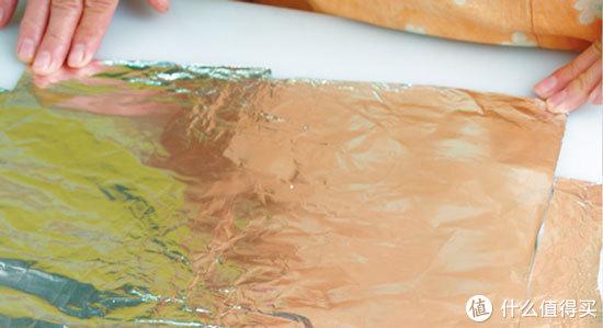 2通常1~2人份的材料,铝箔纸大约裁30~40公分即可,两张铝箔放成十字型。