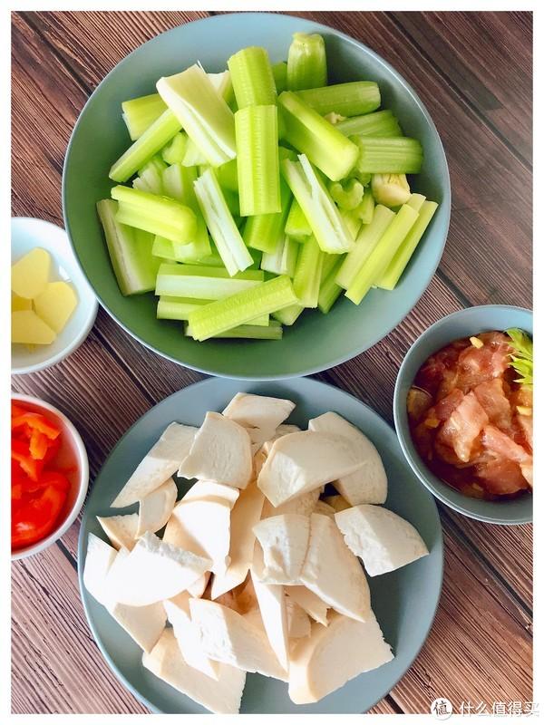 杏鲍菇的鲜遇上芹菜的香,不爱吃芹菜的你也忍不住多吃一碗饭