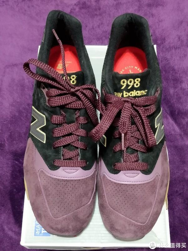 NB的鞋头就是这样,不对称的设计,这篇拍的有点发白了