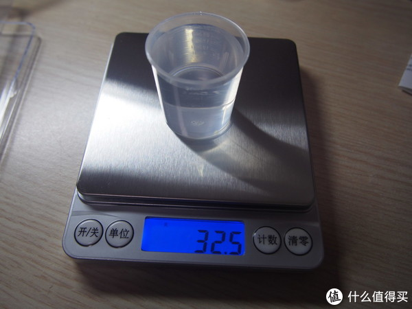 小量杯3克,倒入30ml水后32.5克,主要误差应该出在水位的刻度上。
