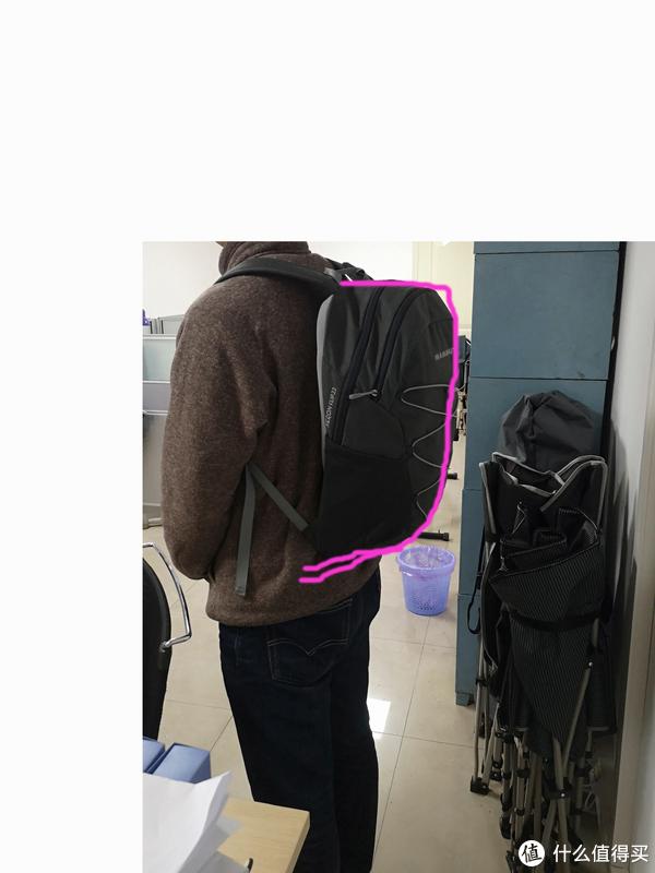 注意图中紫色部分,由于包底部收起来的设计,使得包包背起来后,包的下部并非会因为有物品而沉淀下去,很好的保持了背起来的形体感。