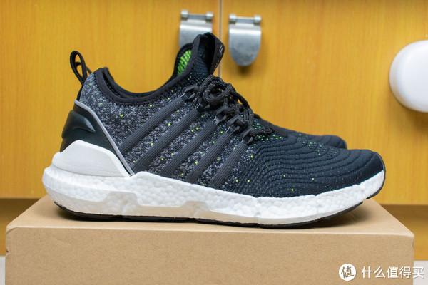这里有一双运动鞋,我觉得你应该会喜欢的!