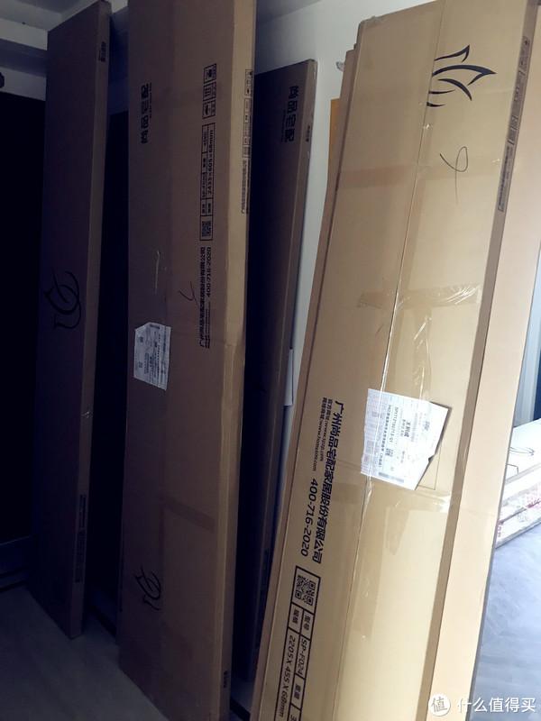 货物堆满了家里和楼梯间