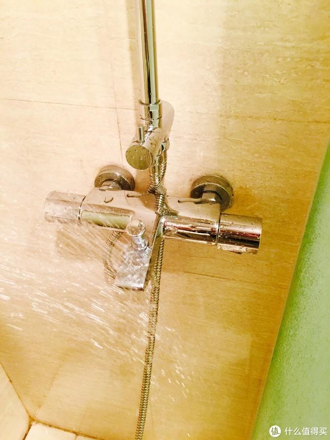 和劣质不锈钢不同,这款花伞的不锈钢材质,亮度很高。而且洗完澡的水迹,很容易就能清理掉,也不会留下水痕什么的