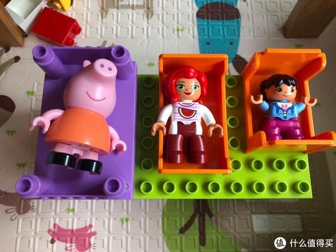 紫色邦宝,中间小木牛,右边得宝