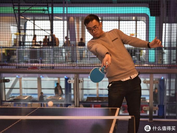 同事刘国球的优雅接球,到了第三天乒乓球都给大妈大爷拿光了。。。工作人员直接昏过去