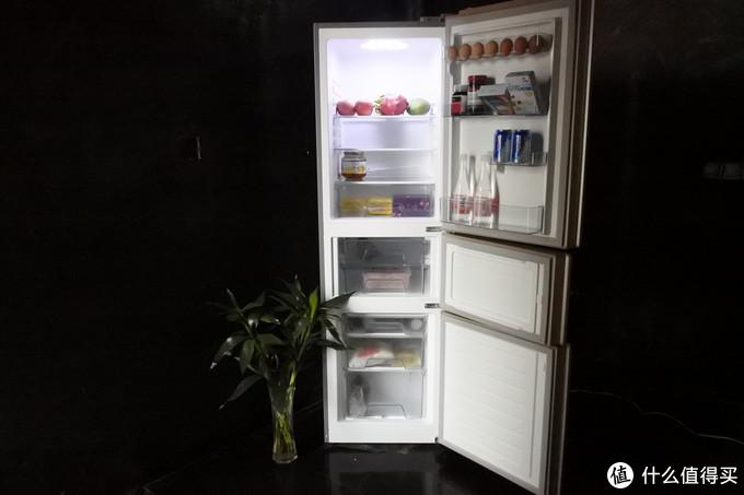 这里先展示下冰箱内层使用。三个区域分隔很棒,冷藏区门上自带蛋格,一些蔬菜瓜果都适合放在冷藏室,置物板根据你需要的空间调整。变温区有两个大抽屉,方便你放需要保鲜的东西,比如一条鱼,比如你需要放久一点的水果蔬菜,再也不怕一次买回来太多过几天菜就得扔的尴尬情况了。冷冻区域分三块,上层小的适合放些冰棒,中层可以放些包装的速食,下层可以放些肉类,分工明确,好找也卫生。