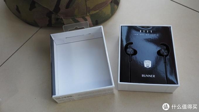 打开盒子,直接就看到了耳机。黑白配很直接。