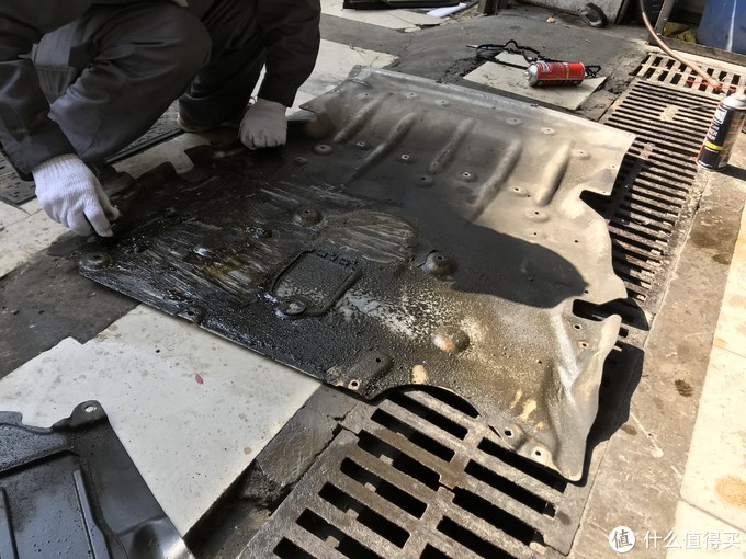发动机下护板的油泥