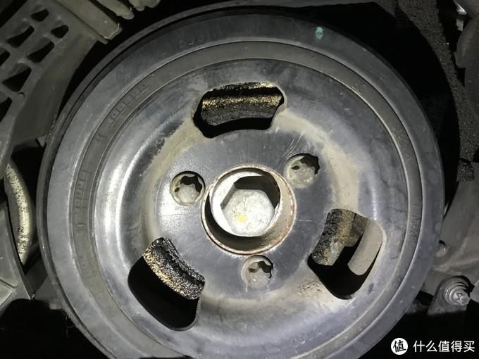 曲轴皮带轮 注意后侧的油泥