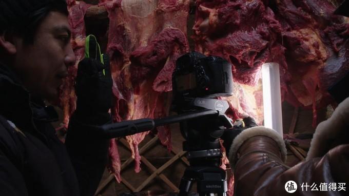 拍摄马肉结霜过程时使用的小灯补光