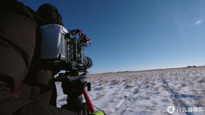 在低温下进行拍摄,摄像机的电池要贴暖宝宝才可以工作