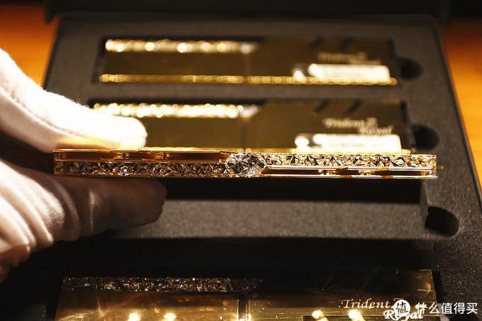 造型上没有太多的变化,但是钻石般的效果让皇家戟更加名副其实
