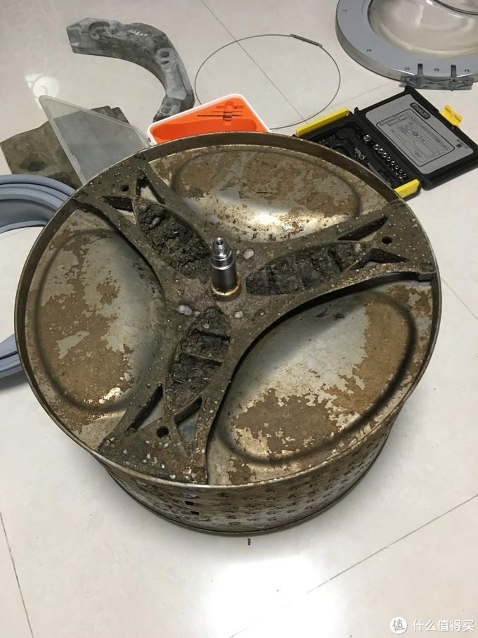 就是这个三脚架裂了,导致滚筒摩擦橡胶圈。