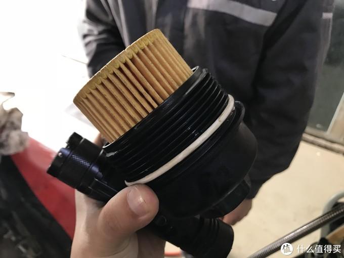 确定机滤底座的完整 并更换上新的密封圈和机滤