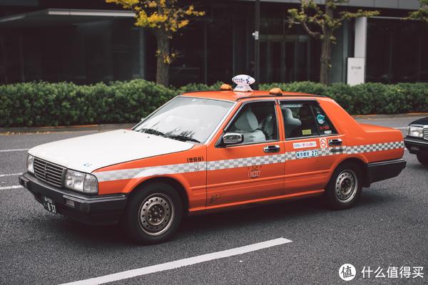 橘色涂装的出租车