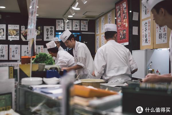 可以近距离观察寿司师傅和他们的制作过程