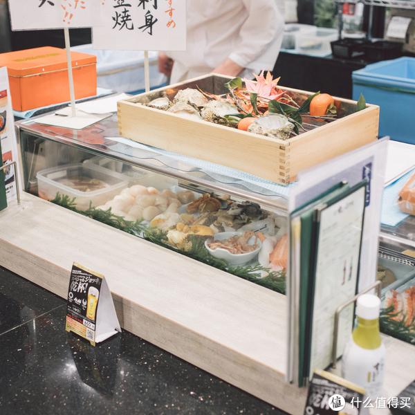 各种食材就这样摆在玻璃展示柜里,可以近距离观察