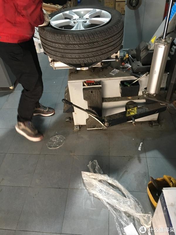 旧胎开拆中,地上还有一个轮胎的包装膜(感觉也像京东的)