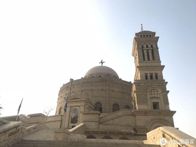 圣乔治希腊东正教教堂建在巴比伦堡垒的北塔上,与其圆形相呼应。教堂正面有一幅3米多高的白色浮雕,描述了圣乔治身跨骏马奋力制服恶龙的故事。