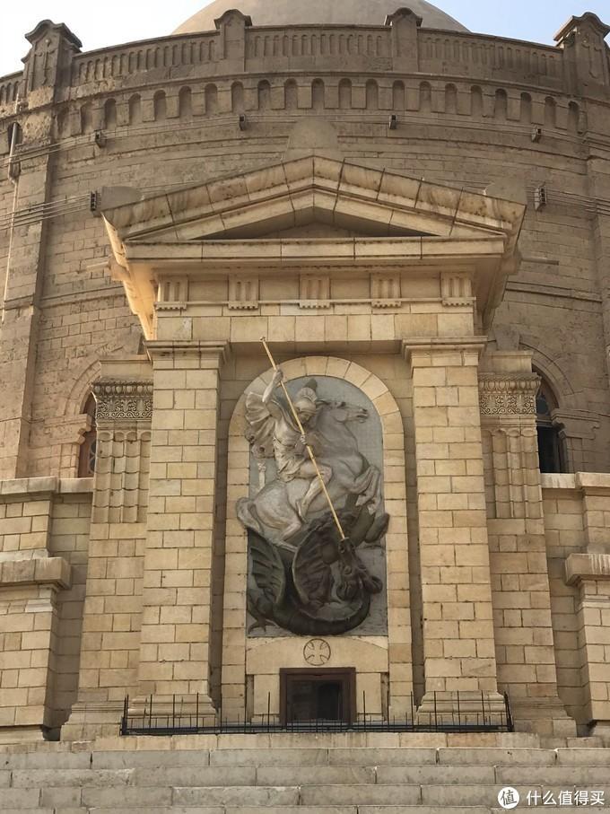 圣乔治身跨骏马奋力制服恶龙浮雕