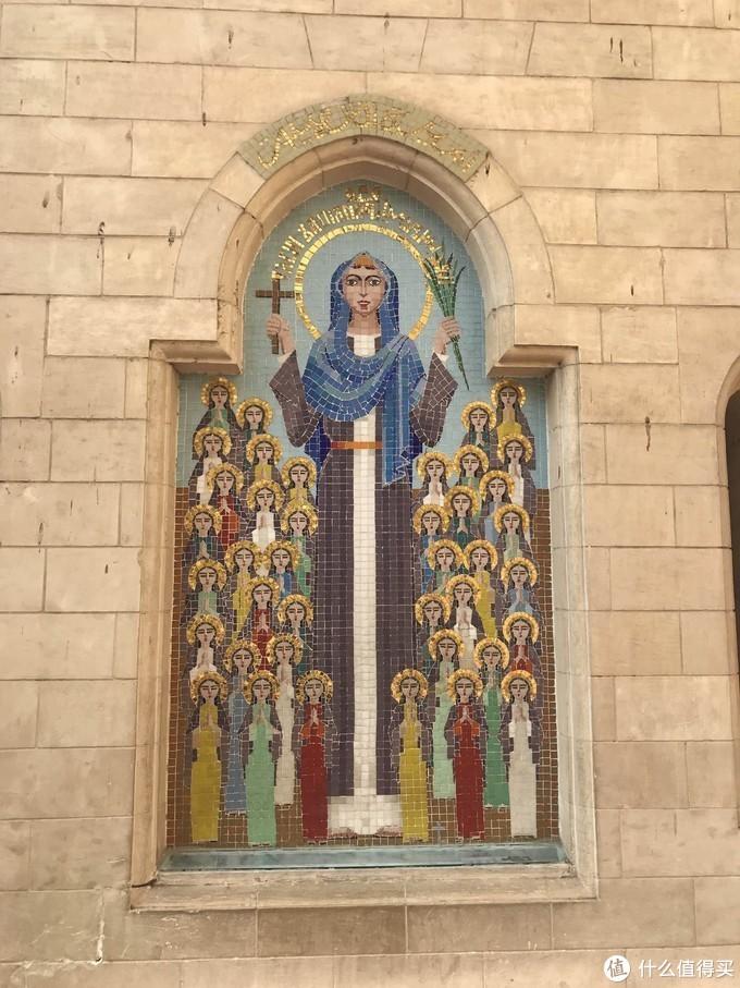 教堂前两边墙壁上的马赛克壁画很是漂亮
