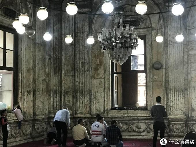 清真寺里正在祷告的人