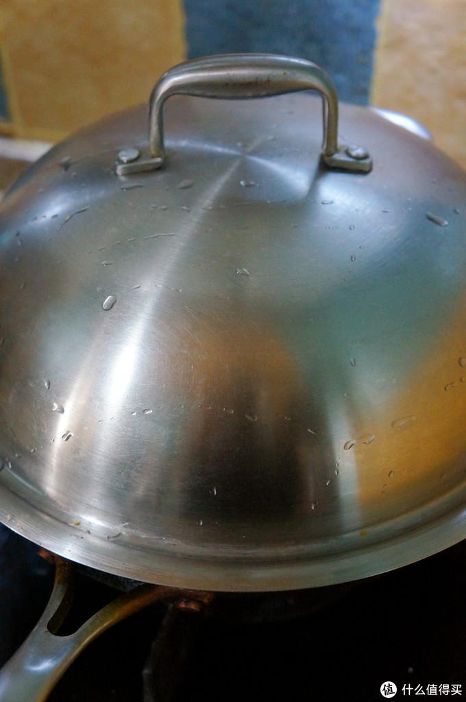 看到这诱人的脆皮了吗?如何做出一道外酥里嫩的完美烤羊腿!从选购、备料到烤制全方位教程