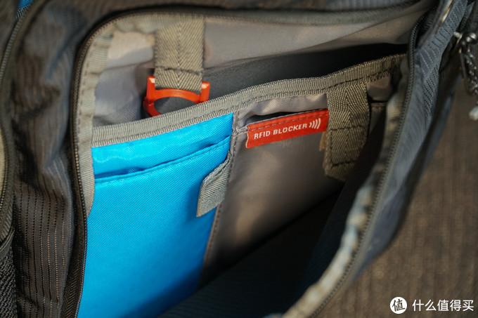 也有两个隔层,隔层上有两个小袋