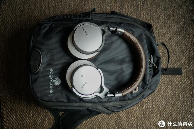 这个包是真的挺小的,宽度也就比耳机稍宽