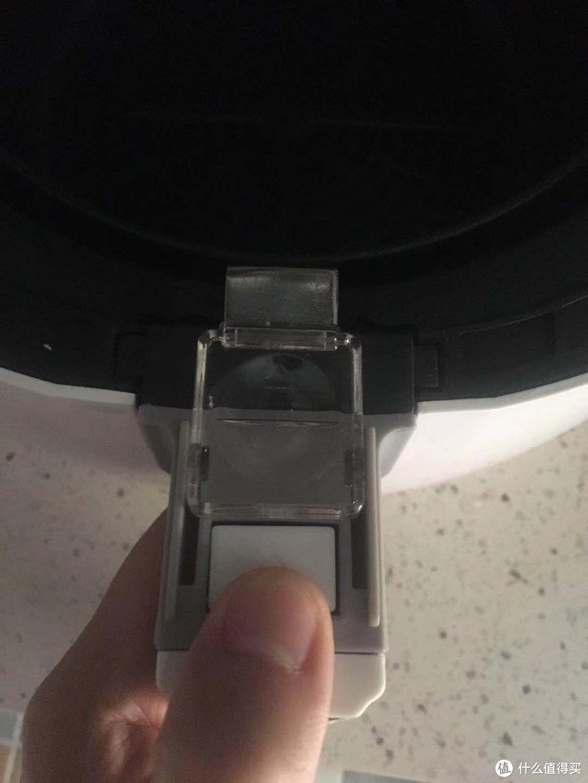 向前推透明的塑料盖,方便将炸筒和炸锅分离,在塑料盖下面的白色按钮可以将炸筒和炸栏分离