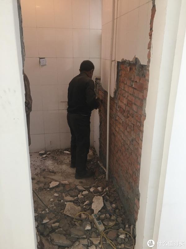 砸瓷砖真是个力气活,用电锤一点一点剔