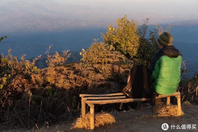 日落时分看山景的外国人
