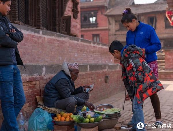 买水果的一家人