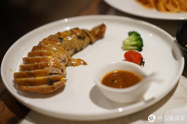 圣诞烤鸡腿,应该是圣诞特供的菜,算是一个惊喜啦!摆盘很好看,左边的肉不是真的鸡腿,是用鸡肉、蔬菜碎做成的腿状物烤制的