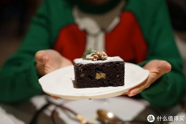 最后的是当天的圣诞甜点,巧克力布朗尼蛋糕,放上一点松针有很圣诞的感觉,口感稍微有点硬和粗糙,口味还是不错的,但没有惊艳的感觉。
