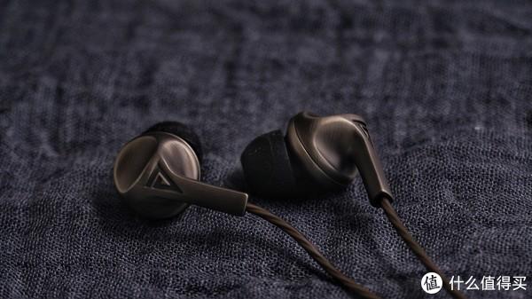 整个耳机本体的质感还是不错的,金属的腔体,拉丝的工艺,拿在手里份量不小。