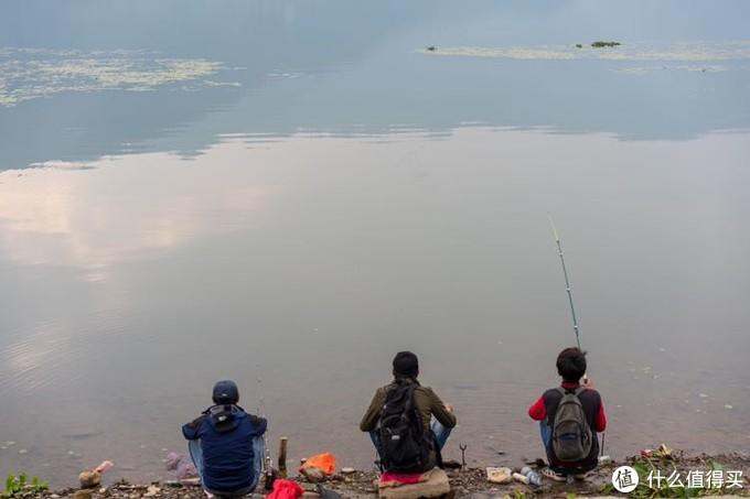湖边钓鱼的当地人