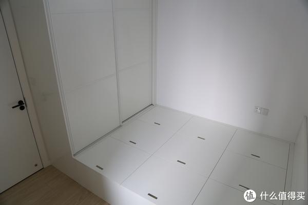次卧的白色柜子+榻榻米