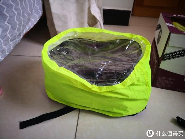 原厂赠送的雨衣,用上以后丑死了,不过倒是放水了,瓢泼大雨也不怕。