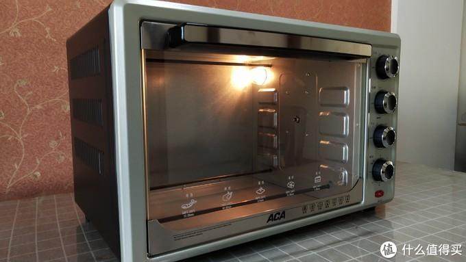 据说每个刚到手的烤箱都要煲一下。上下火设置200℃,不放任何东西空烤10-15分钟。初次使用有的还会有异味或冒烟。赶紧躲得远远的。