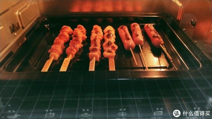 超市里买了烤肠和骨肉相连,上下200℃,烤十分钟翻个面。20分钟完成。